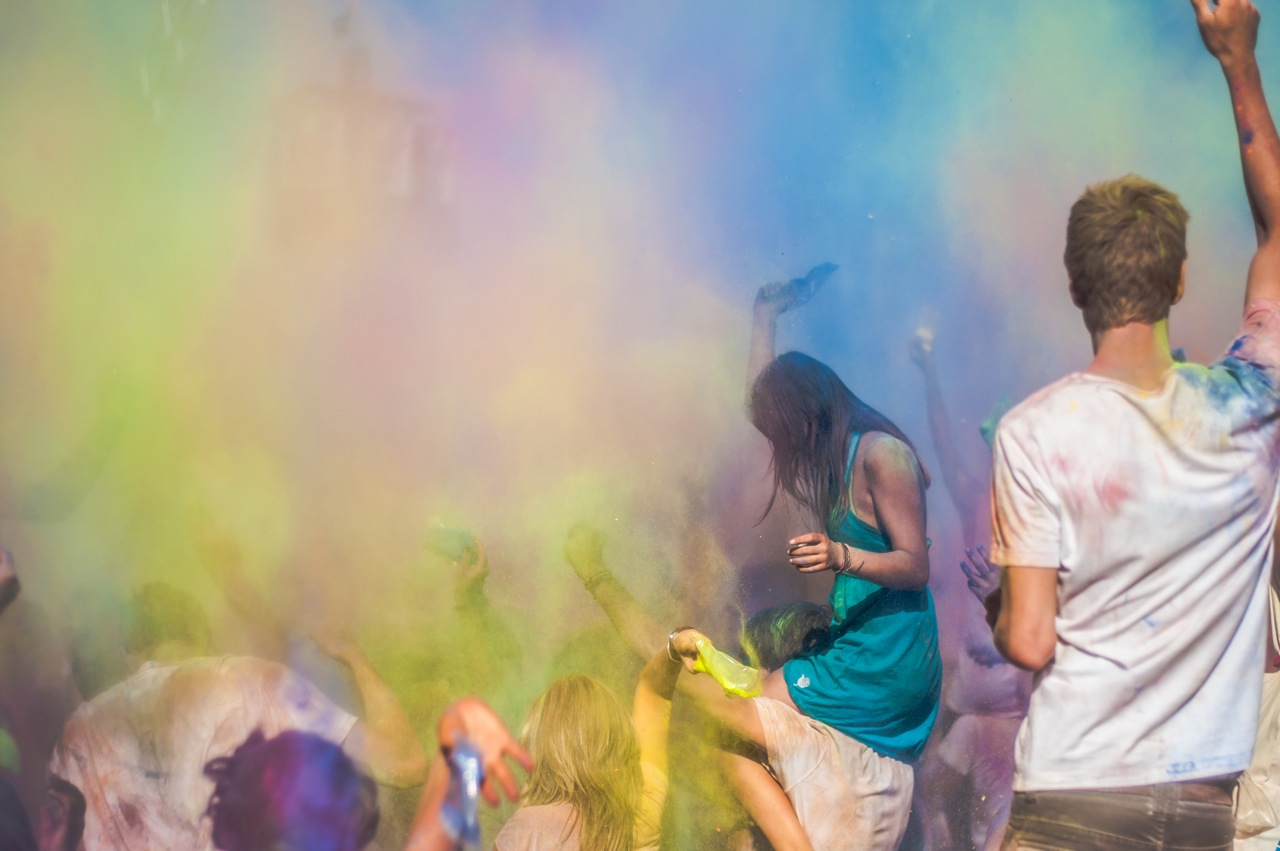Der Sommer wird bunt: Airfield Festival – Holi In Colors