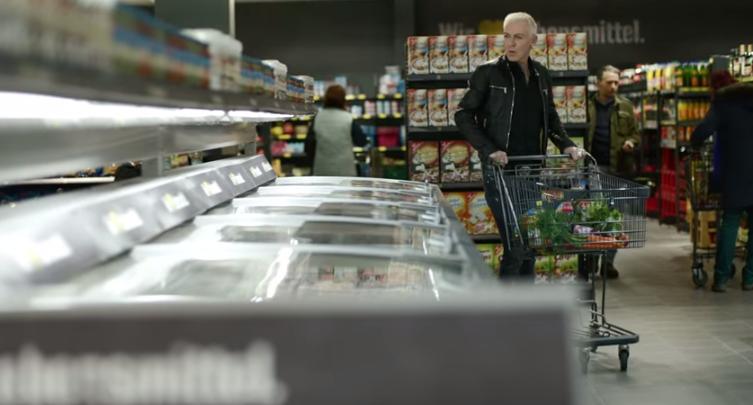 """""""How much is the fish?"""" – H.P. Baxxter kauft bei EDEKA ein"""