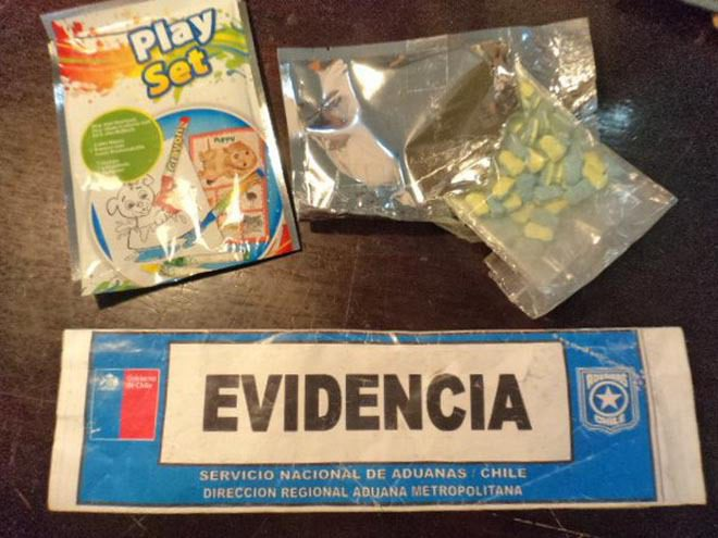 Chilenische Kinder freuen sich über Minion-XTC-Tabletten