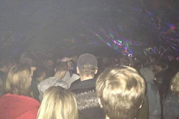 Britische Polizei löst Rave-Party mit 500 Leuten auf